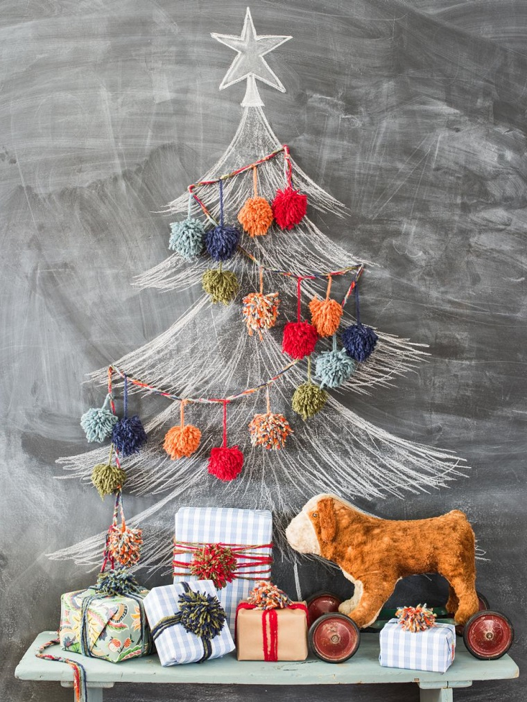Albero di Natale fai da te, disegno su lavagna e ghirlanda realizzata con pon pon di lana colorata