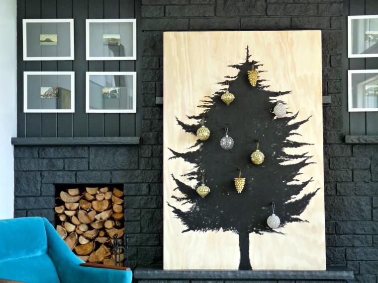 Pannello decorativo in legno con un albero di Natale disegnato di colore nero con palline e pigne per decorazione