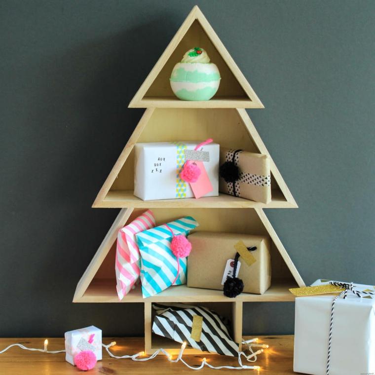 Come addobbare l'albero di Natale, idea alternativa con scaffali in legno e regali come decorazione