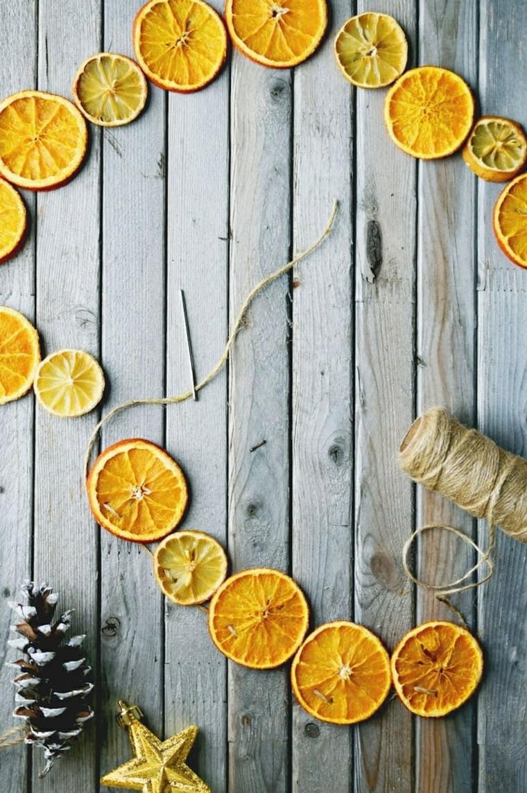 decorazioni di natale realizzate utilizzando delle fette di arancia e limoni essiccate