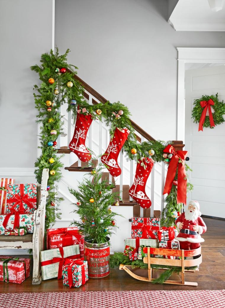 decorazioni natalizie, idee per decorare scala e porta usando i rami di abete, palline colorate e fiocchi