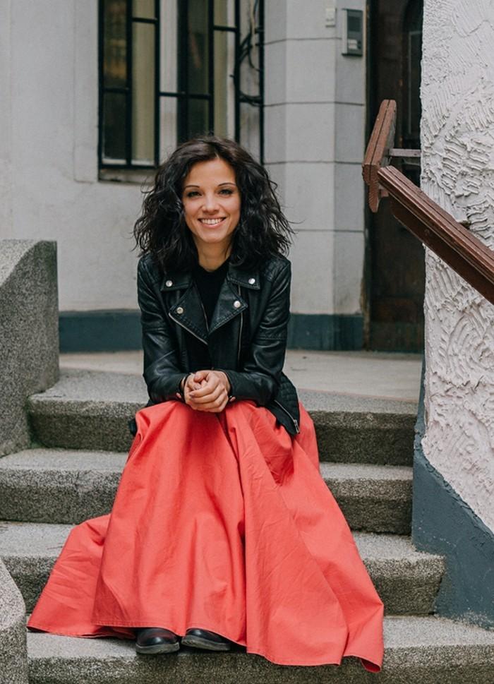 adorabile-idea-come-vestirsi-oggi-abbigliamento-donna-gonna-lunga-colore-rosso-giacca-pelle-nera