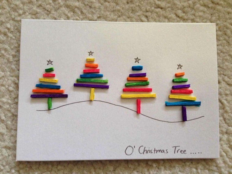 un biglietto di auguri da realizzare fai da te con dei bastoncini colorati a forma di alberi di natale