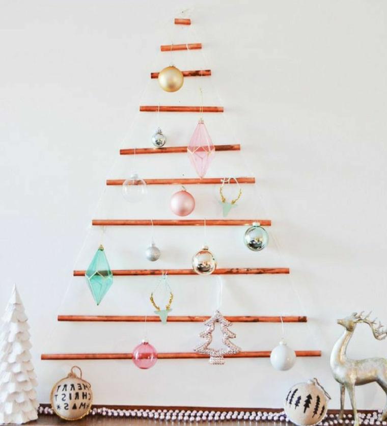 Idea particolare per decorare le pareti per Natale, albero in legno con addobbi di palline e cristalli colorati