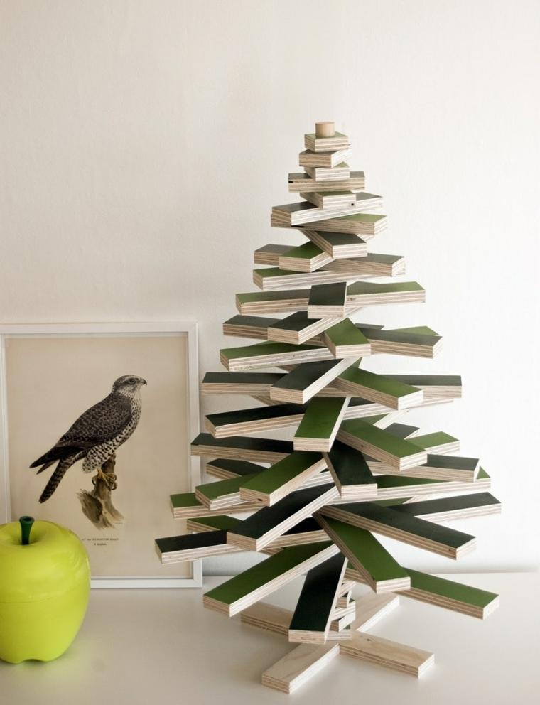Addobbi di Natale, albero in legno piccolo e dipinto di colore verde senza decorazioni