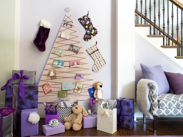 Bancale di legno utilizzato come albero di Natale, decorazioni con cartoline e ghirlande colorate