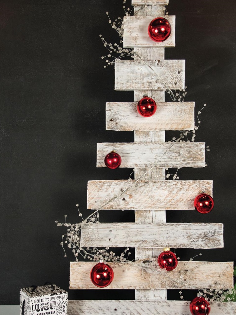 Idee albero di Natale, dipinto di colore bianco e decorato con palline rosse e finto ramo