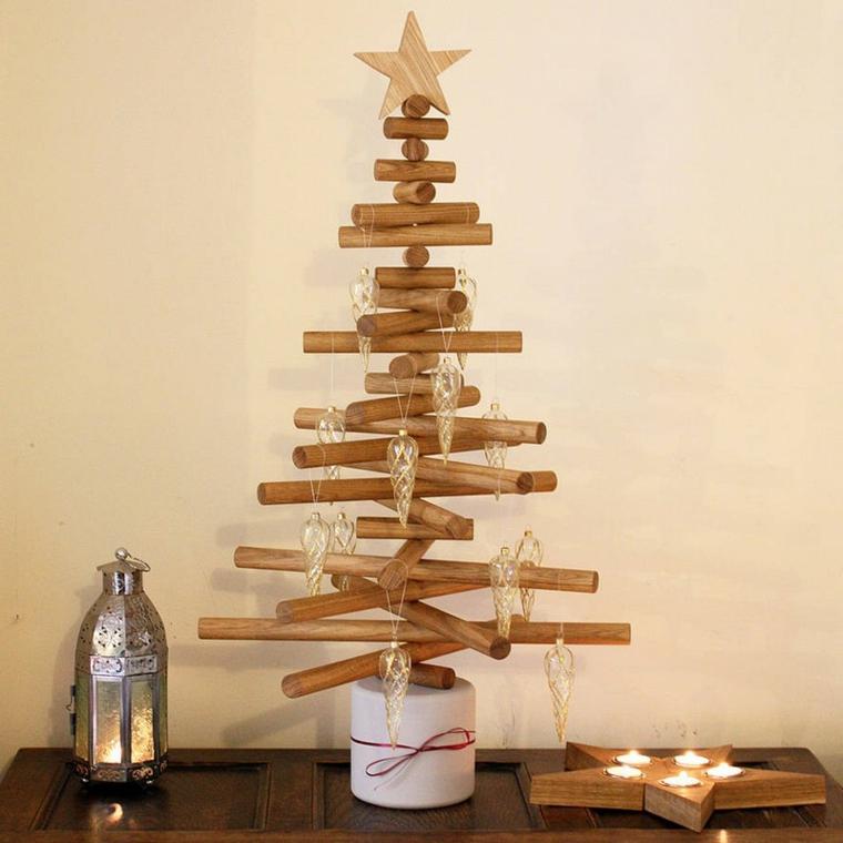 Addobbi di Natale in legno e una stella in cima, varie decorazioni con lanterna e portacande forma originale