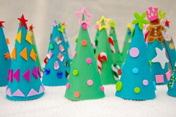 alberi-natali-realizzati-cartoncini-colorati-decorati-polline-stelle-coroncine