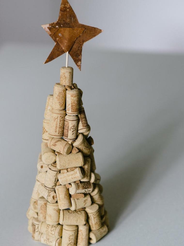 Addobbi natalizi, riciclo creativo con tappi di sughero a forma di albero di Natale e stella in cima