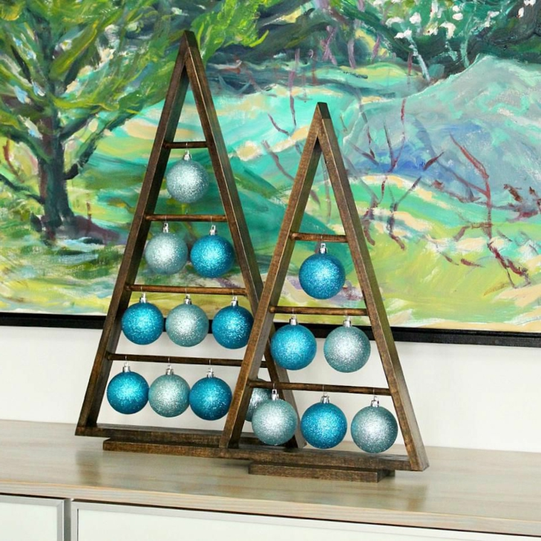 Idea alternativa all'albero di Natale tradizionale, struttura a triangolo con palline di colore argento e blu