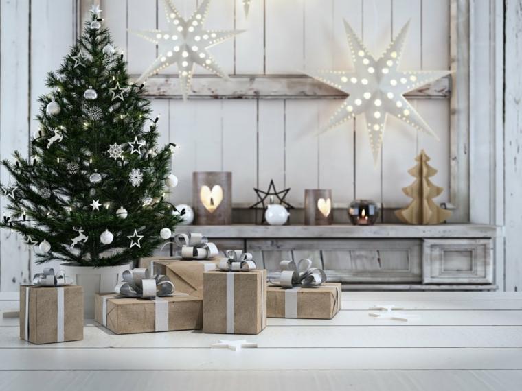 Addobbare l'albero di Natale con stelline e palline di colore argento, stelle luminose per decorare le pareti