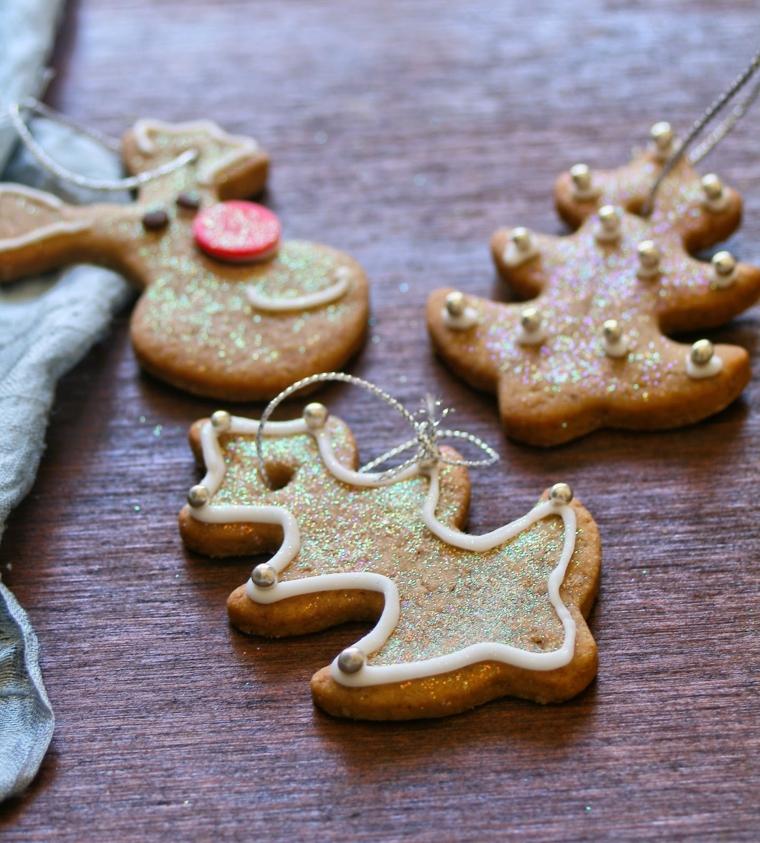 Dolci da appendere come decorazione, biscotti dalla forma di renna e albero di Natale