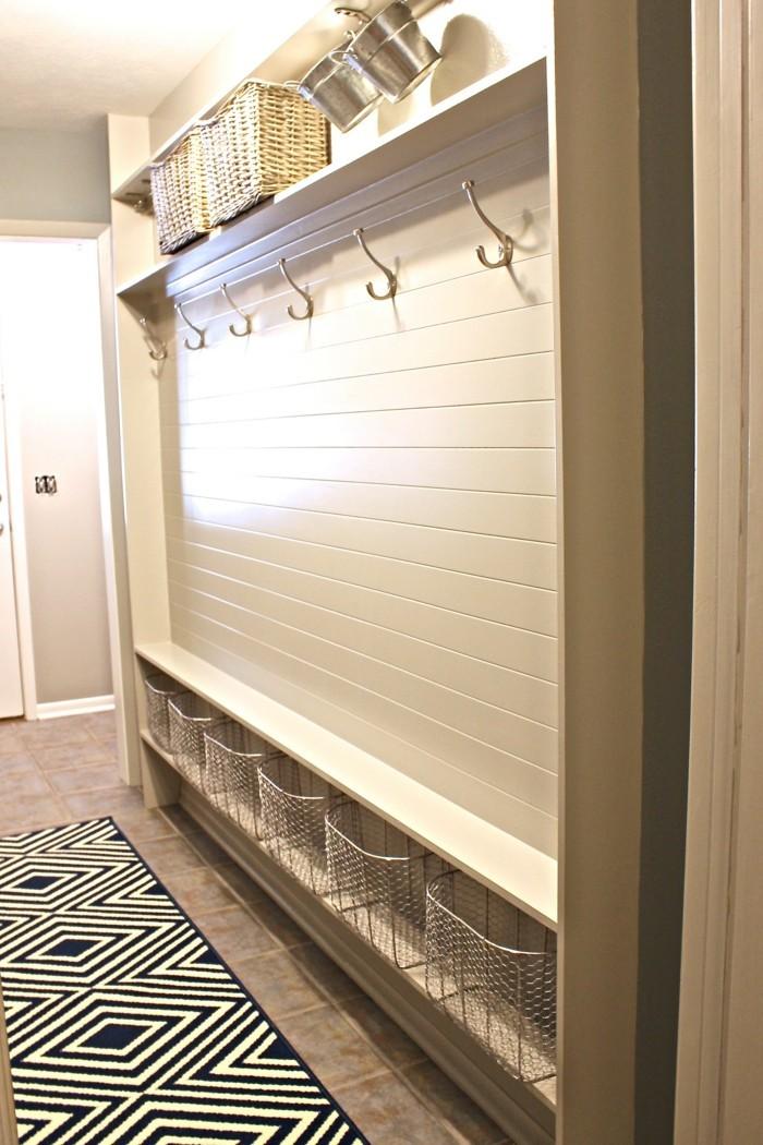 armadio-da-corridoio-idea-sistema-organizzativo-cesti-metallo-vimini-appendiabiti-tappeto-shaggy