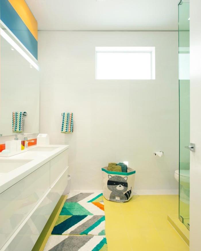 arredamento-bagno-moderno-pareti-bianche-decorazioni-bambini-box-doccia-vetro-pavimento-giallo