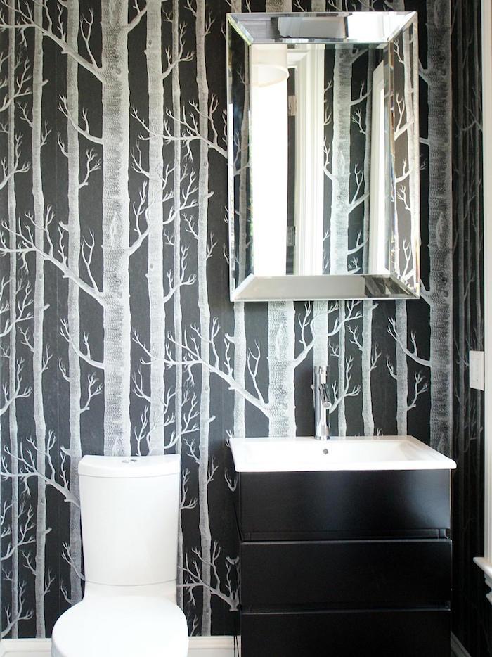 arredamento-bagno-stile-moderno-mobile-colore-nero-decorazioni-pareti-carta-da-parati-tema-foresta-specchio