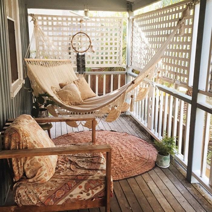 arredamento-balcone-stile-bohemien-tappeto-sedia-legno-ammacca-pavimento-legno