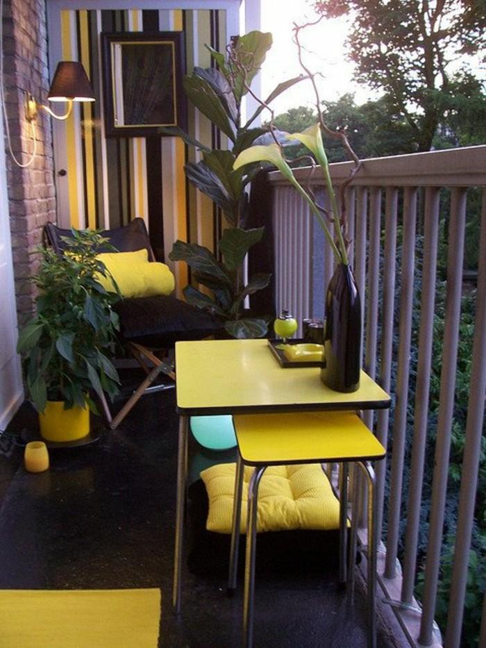 arredamento-outdoor-mobili-pavimento-nero-accenti-colore-giallo-lampada-ringhiera-balcone-piccolo