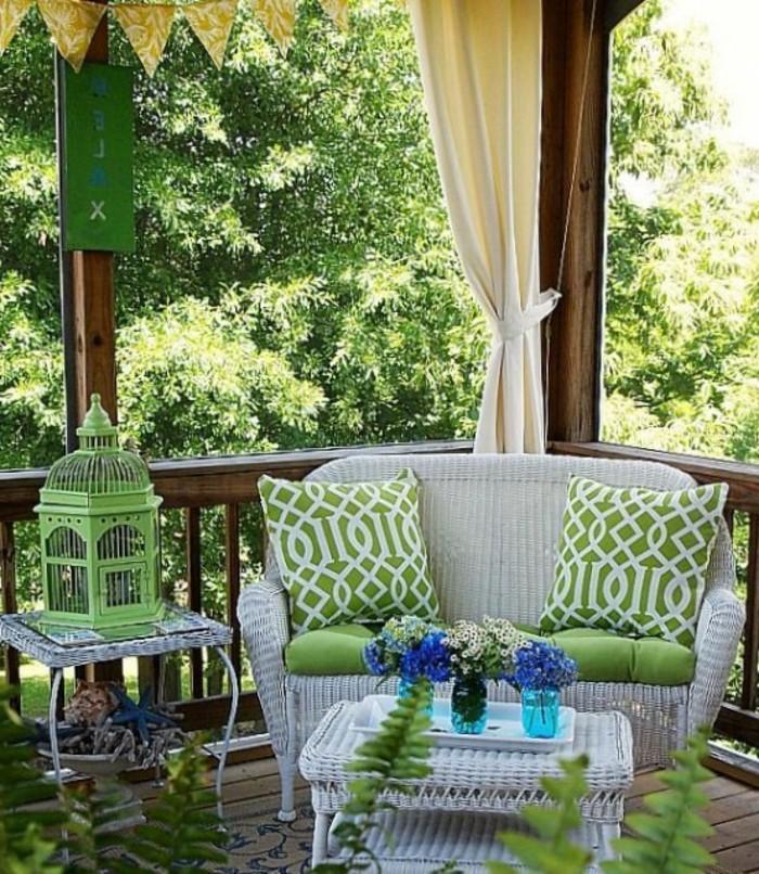arredamento-outdoor-mobili-rattan-colore-bianco-decorazioni-lanterna-colore-verde-cuscineria-tende-pergolato