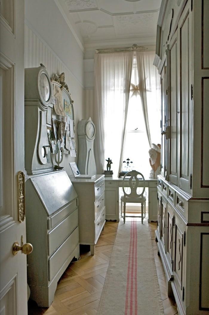 arredamento-vintage-corridoio-mobili-legno-colore-bianco-tappeto-grande-finestra-tende