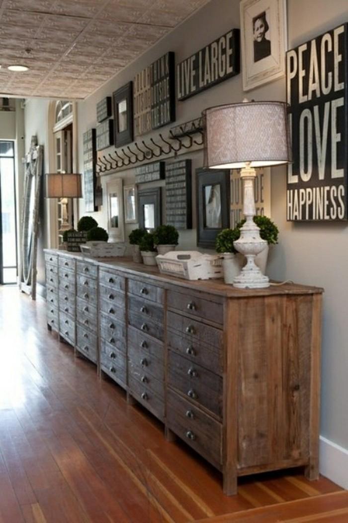 arredare-corridoio-mobili-legno-decorare-pareti-quadri-cornici-foto-lampada-abat-jour-stile-classico