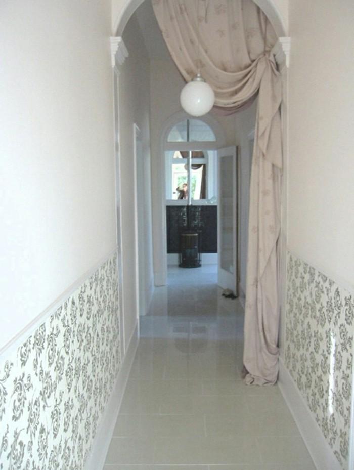 arredare-corridoio-pareti-bianche-decorazioni-motivi-floreali-lampadario-sospensione-tende-classiche