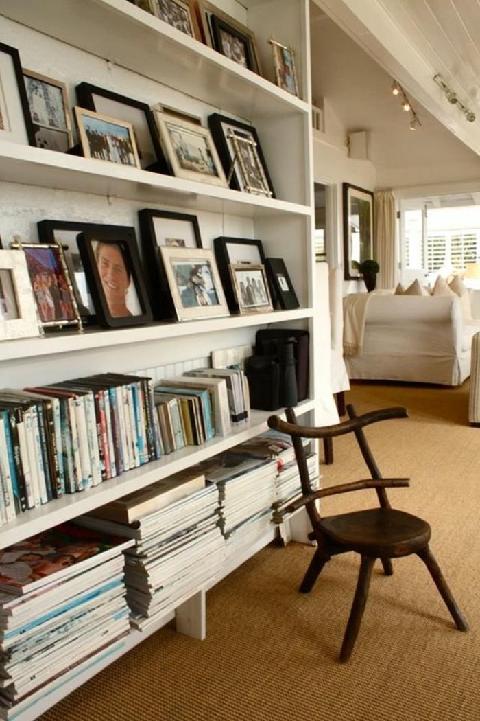 arredare-corridoio-scaffali-a-vista-legno-colore-bianco-libri-foto-cornici-sedia-design-stile-rustico