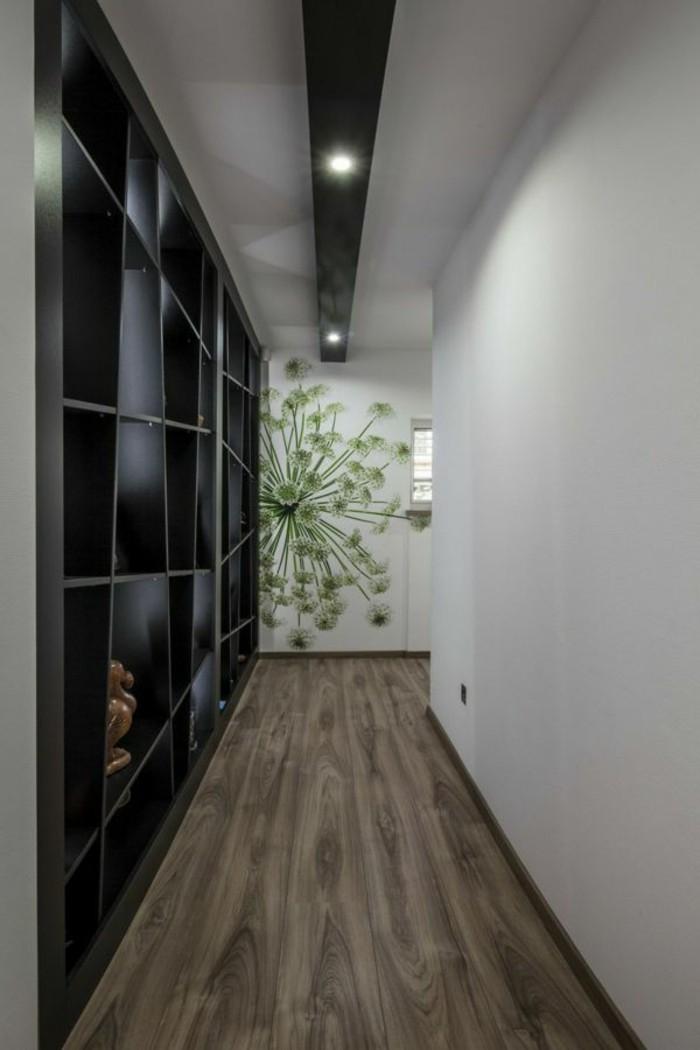 arredare-corridoio-scaffali-legno-colore-nero-nicchie-decorazione-parete-immagine-pianta-pavimentazione-legno