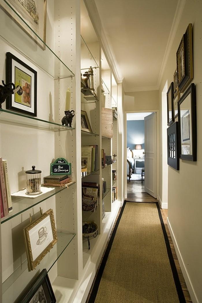 arredare-corridoio-stretto-lungo-decorazioni-pareti-mensole-vista-vetro-cornici-quadri-tappeto-colore-grigio