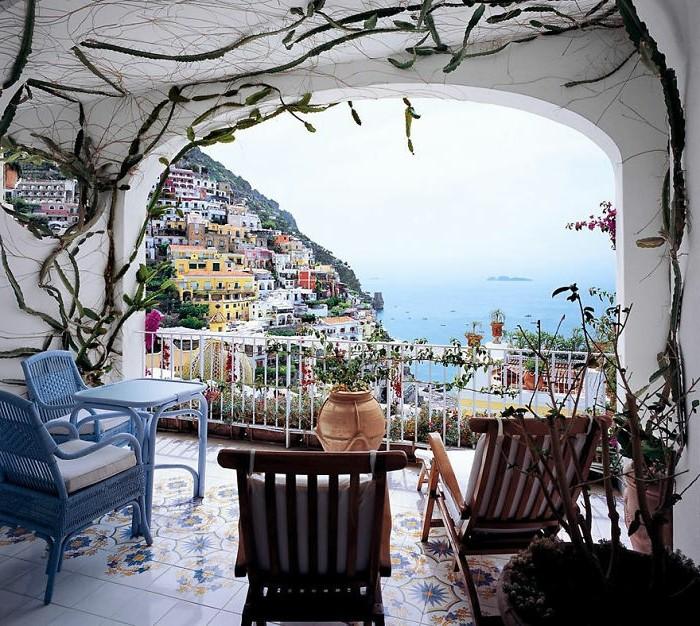 arredare-il-balcone-idea-originale-set-mobili-legno-colore-blu-piante-rampicanti