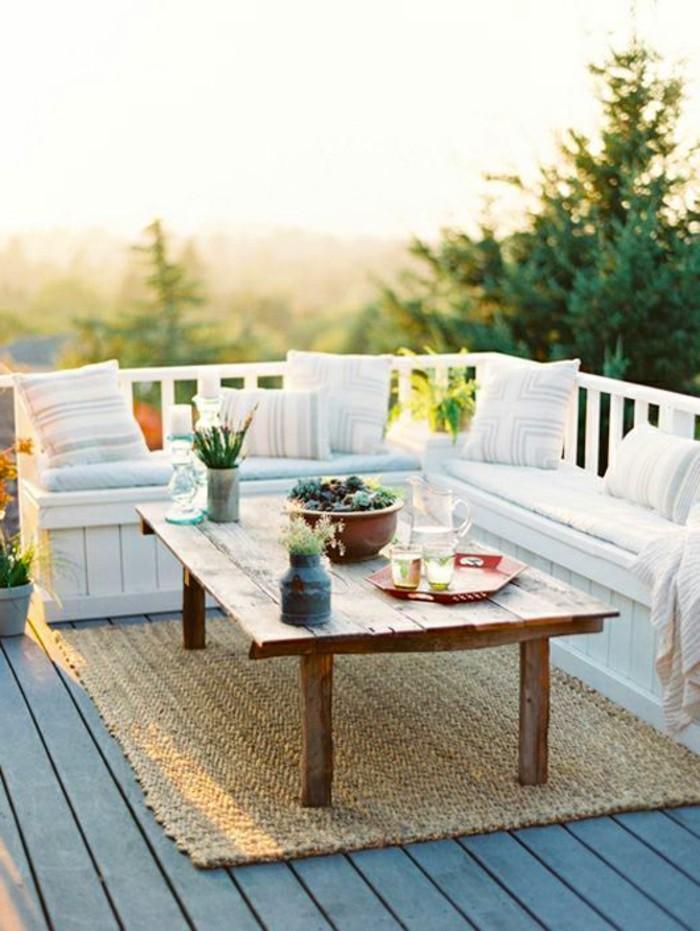 arredare-il-balcone-mobili-da-esterno-legno-colore-bianco-tappeto-beige-tavolo-rustico-decorazione-piante
