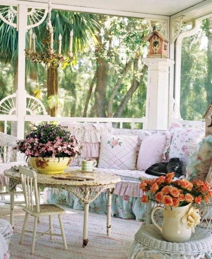 arredare-terrazzo-mobili-stile-shabby-chic-decorazioni-floreali-tessuti-pizzo-tonalità-colore-caldo-mobili-da-esterno