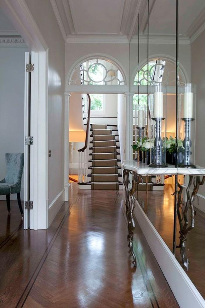 arredare-un-corridoio-idea-pareti-specchio-tavolino-superficie-marmo-pavimentazione-parquet-colore-scuro