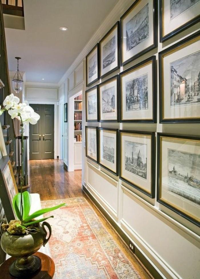 arredare-un-corridoio-pavimento-legno-decorazione-pareti-quadri-cornici-dipinti