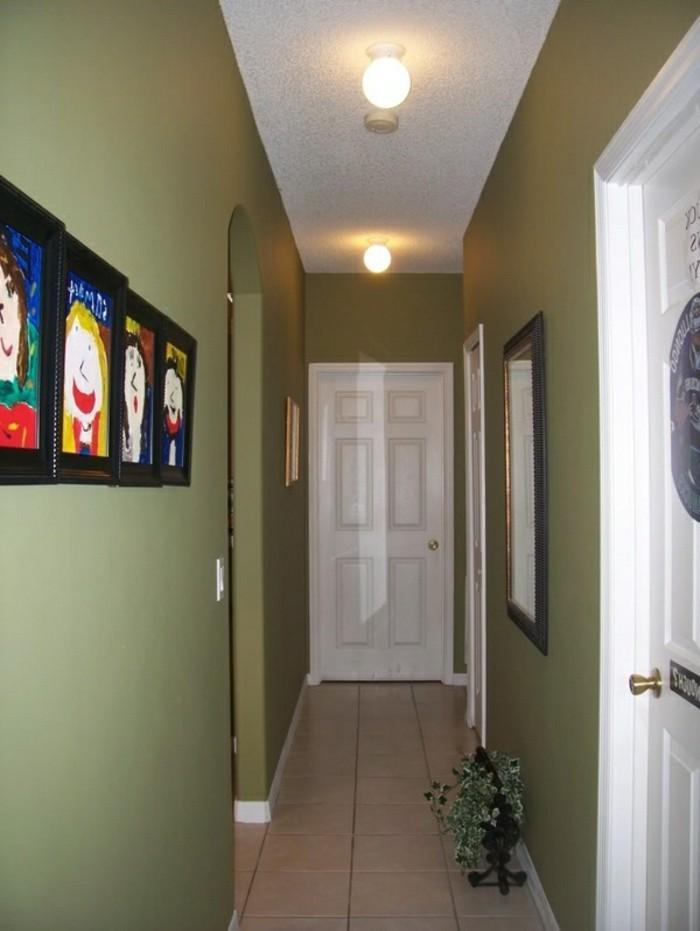 arredare-un-corridoio-stretto-lungo-pareti-colore-verde-quadri-dipinti-bambini-pavimento-piastrelle