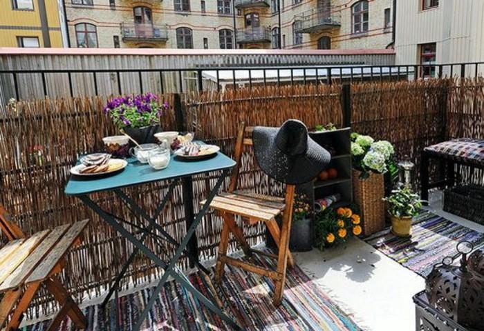 arredo-balcone-piccolo-mobili-legno-set-da-esterno-outdoor-ringhiera-ferro-battuto-decorazione-fiori-tappeto-etnico-colorato