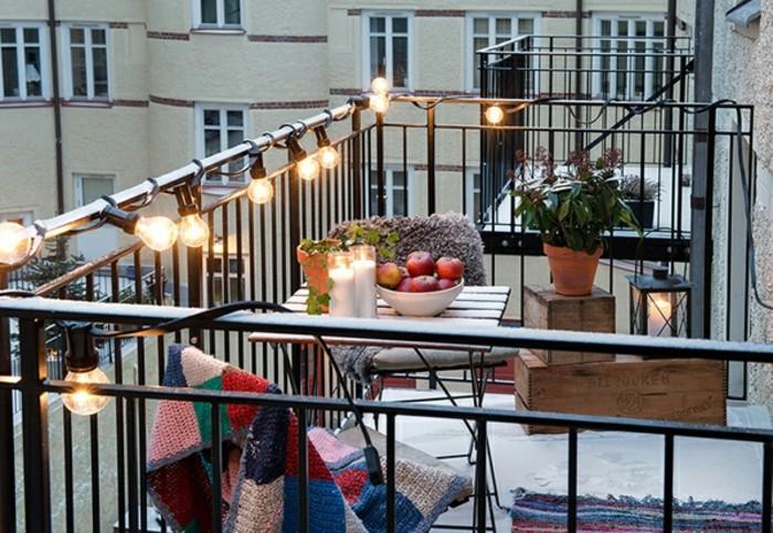 arredo-balcone-piccolo-ringhiera-ferro-battuto-lampadine-filo-mobili-funzionali-legno-pighievoli-vasi-piante-illuminazione-esterno