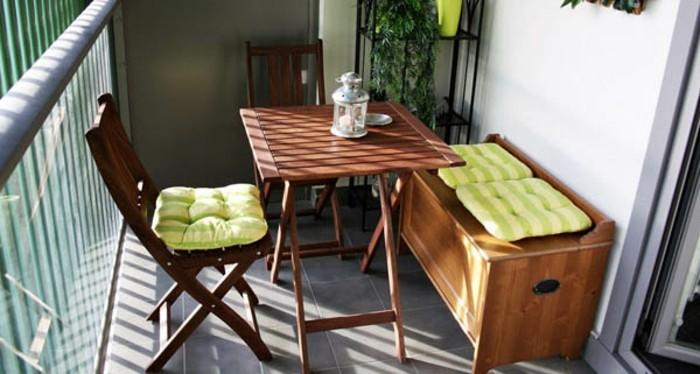 arredo-terrazzo-panchina-sedia-pighevole-tavolo-legno-ringhiera-ferro-battuto-cuscini-colore-verde