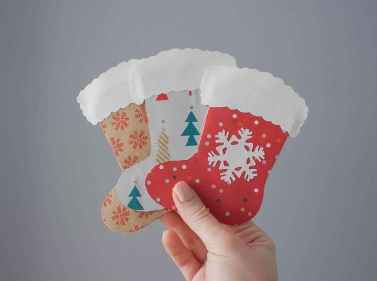 biglietti di natale fatti a mano, delle calzine realizzate con dei cartoncini colorati e delle decorazioni