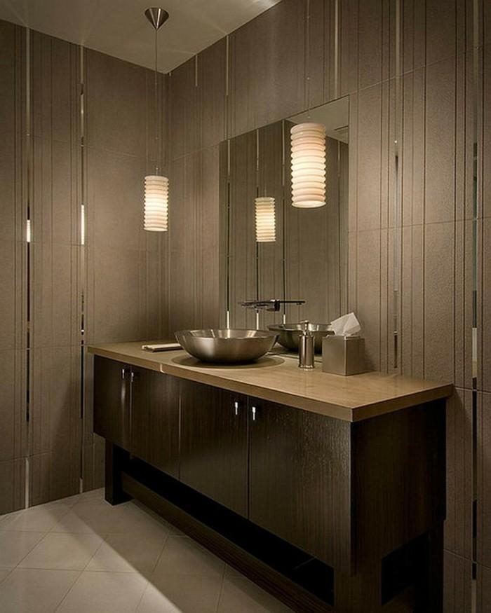 bagni-in-resina-pareti-color-marrone-tinta-vanity-top-chiaro-lavabo-appoggiato-cromato