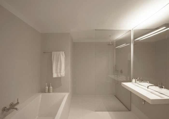 https://archzine.it/wp-content/uploads/2017/11/bagni-senza-piastrelle-pareti-grigio-chiaro-tinta-pavimento-contesto-moderno-essenziale-vasca-doccia.jpg