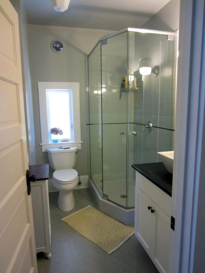 bagni-senza-piastrelle-pittura-verde-chiaro-locale-lungo-stretto-vasca-porte-vetri