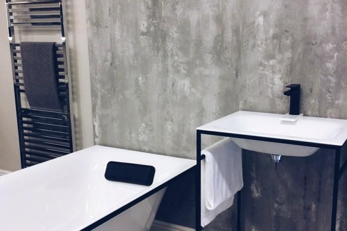 bagno-senza-piastrelle-effetto-marmo-color-grigio-sfumature-chiare-vasca-freestanding-bianca-profili-neri