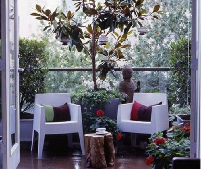 balcone-arredato-stile-zen-tavolo-tronco-albero-sedie-bianche-tante-piante-decorazione