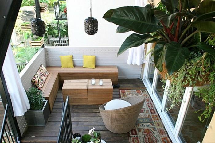 balcone-piccolo-arredato-panchina-legno-angolare-tavolino-poltrona-rattan-tappeto-piante