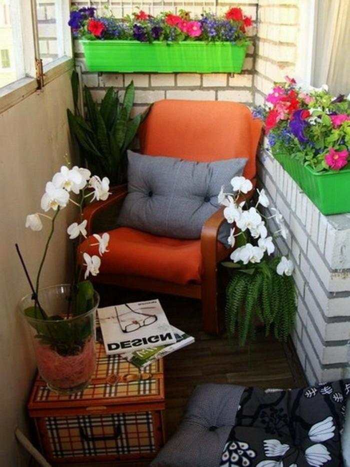 balcone-piccolo-arredato-poltrona-legno-decorazioni-vasi-piante-cuscini