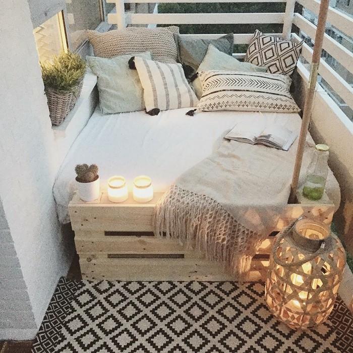 balcone-ringhiera-legno-colore-bianco-divano-paller-decorazioni-lanterna-candele-piante-grasse