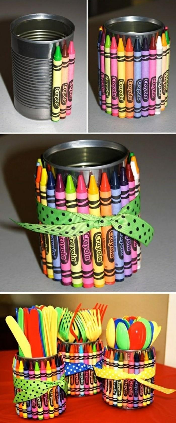 barattoli-latta-decorazione-pastelli-intorno-legati-nastro-verde-giallo-blu