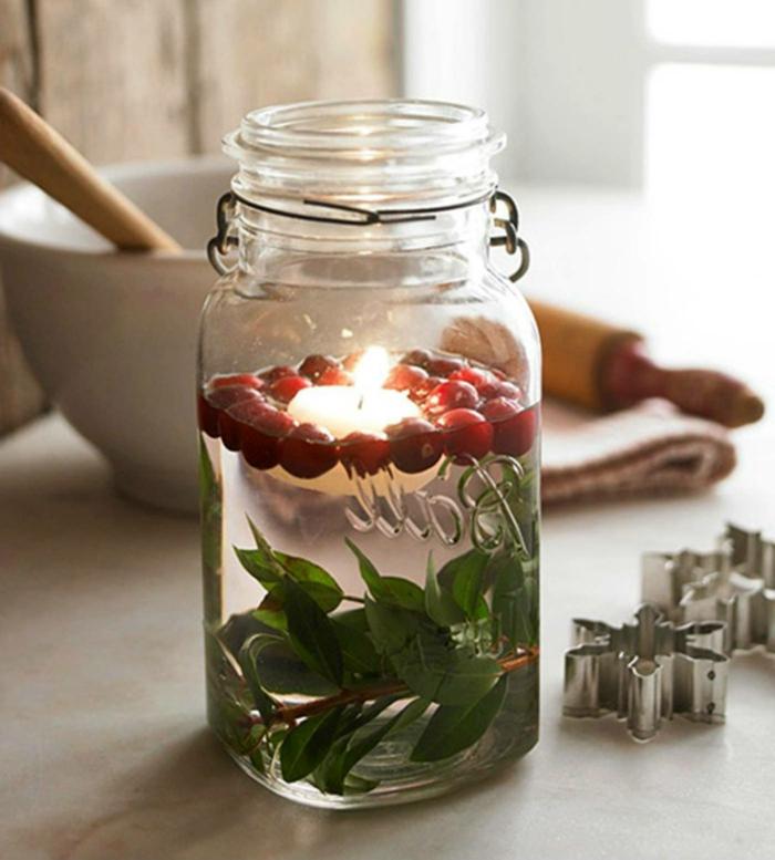 barattoli-vetro-decorati-candela-fai-da-te-foglie-piccoli-frutti-rossi