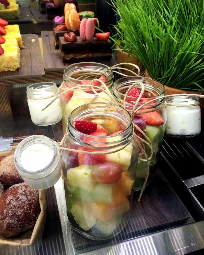 barattoli-vetro-decorati-idea-servire-frutta-nastro-corda-collo-contenitore-zucchero